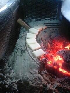囲炉裏で昼食